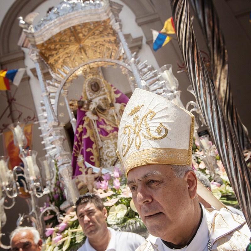 El obispo, delante de la imagen de la Virgen, al término de la eucaristía. / ANDRÉS GUTIÉRREZ