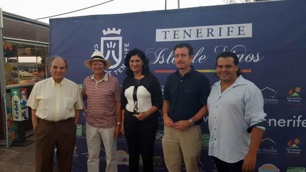 La alcaldesa y el consejero insular, con los representantes del sector vitivinícola. | DA