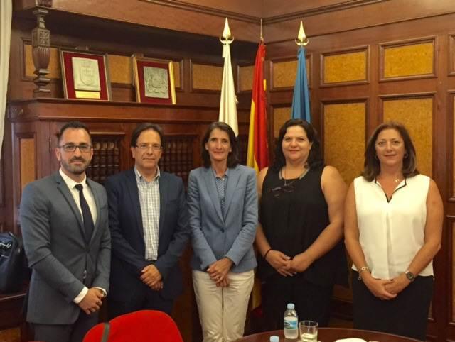 Imagen de la reunión mantenida ayer entre la Ascav y la consejera regional y responsables de Turismo. | DA