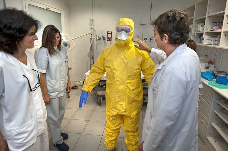 Entre otras cuestiones, en los cursos se explica la correcta forma de colocarse el equipo de protección. / DA