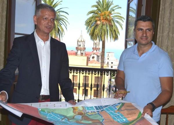 Francisco Linares y Narciso Pérez analizan el documento. | DA