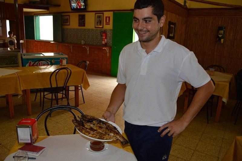El hijo de Abraham Padilla ya conoce cómo abrir y jarear los pescados, aunque ahora se dedica a atender la sala. La tradición tiene garantizada de nuevo su continuidad.  / J.L.C.