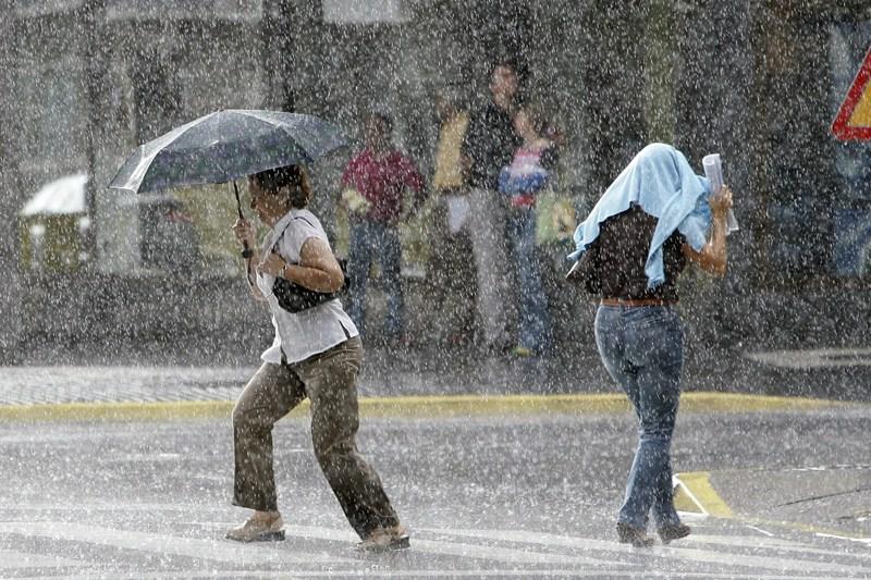 La mayor parte de las alertas decretadas en Canarias desde 2012 han sido por lluvias y tormentas. / SERGIO MÉNDEZ
