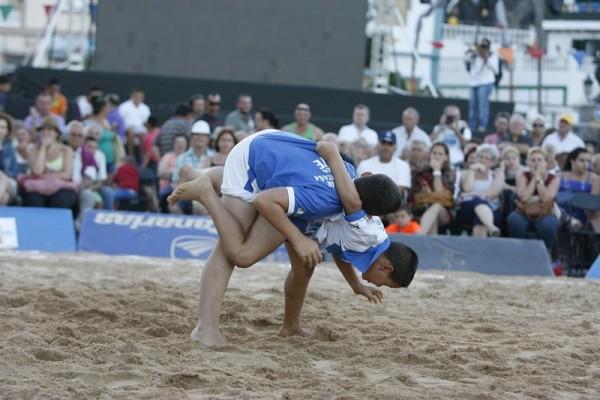 Una agarrada de la luchada entre dos selecciones benjamines del norte y sur de Tenerife. / DA
