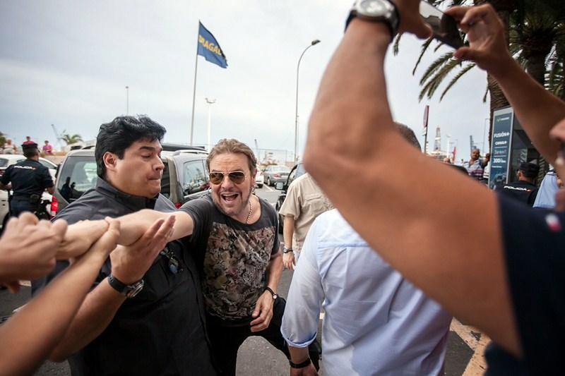 Fher Olvera, ayer, saludando a los seguidores de la banda a la salida del Cabildo. / ANDRÉS GUTIÉRREZ