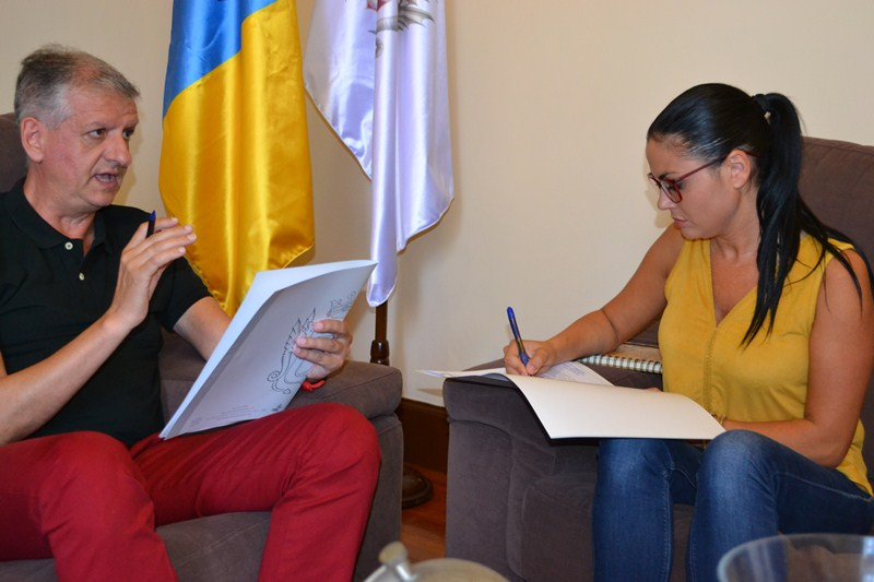 El alcalde, Francisco Linares, con la concejal Yurena Luis durante una reunión de trabajo en el Consistorio. / DA
