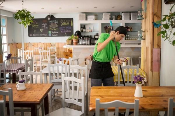Felipe es uno de los jóvenes que ya ha cumplido con 80 horas de formación en esta peculiar pizzería, logrando así una oportunidad laboral. / A. G.