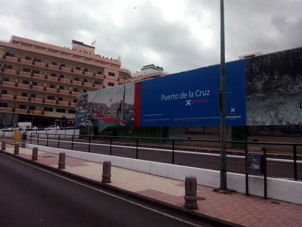 La nueva estación es anexa al inmueble de la calle El Pozo, camuflado por una lona serigrafiada. / DA