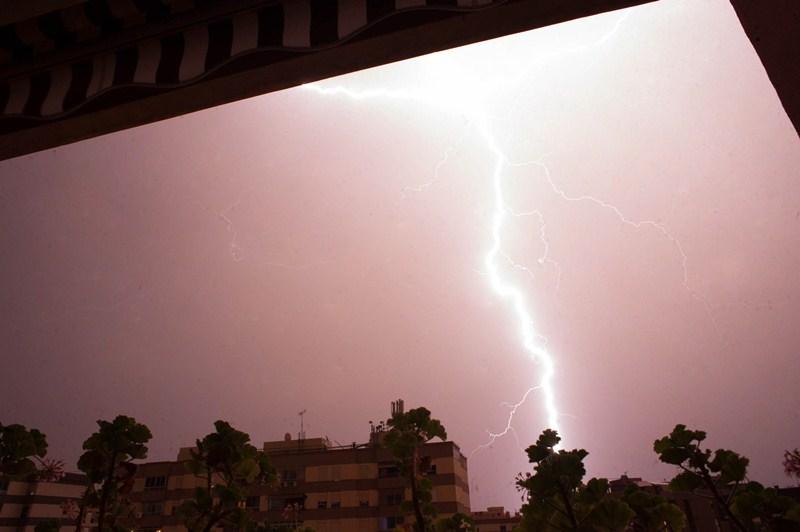 Una importante tormenta eléctrica descargó la noche del miércoles al jueves en Tenerife. / FRAN PALLERO