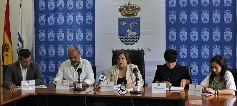 Fidela Velázquez y los cuatro concejales del grupo de gobierno (PSOE) analizaron la situación económica. /DA