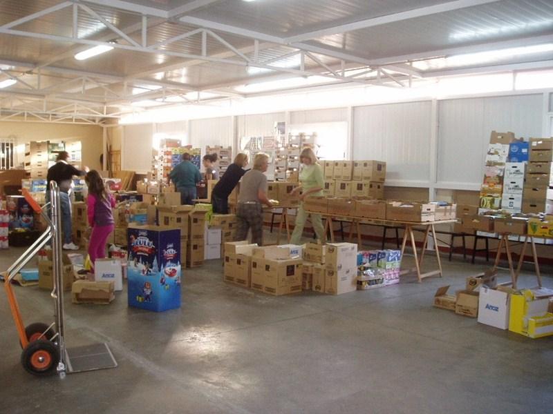 Alimentos. Kairós es una de las muchas asociaciones que en Santa Cruz reparten alimentos ante la creciente necesidad de las familias. En su caso atienden a más de 2.000 personas que se traducen en 600 familias. / DA