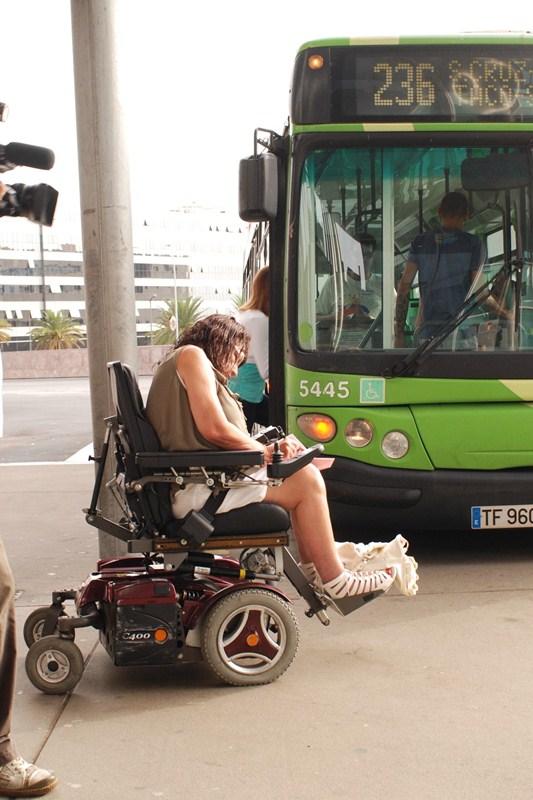 En defensa de las personas con discapacidad. Queremos movernos es el colectivo que vela por el cumplimiento de las normas que regulan la accesibilidad de las personas con discapacidad. En Santa Cruz luchan por que se respeten sus derechos. / S.M.