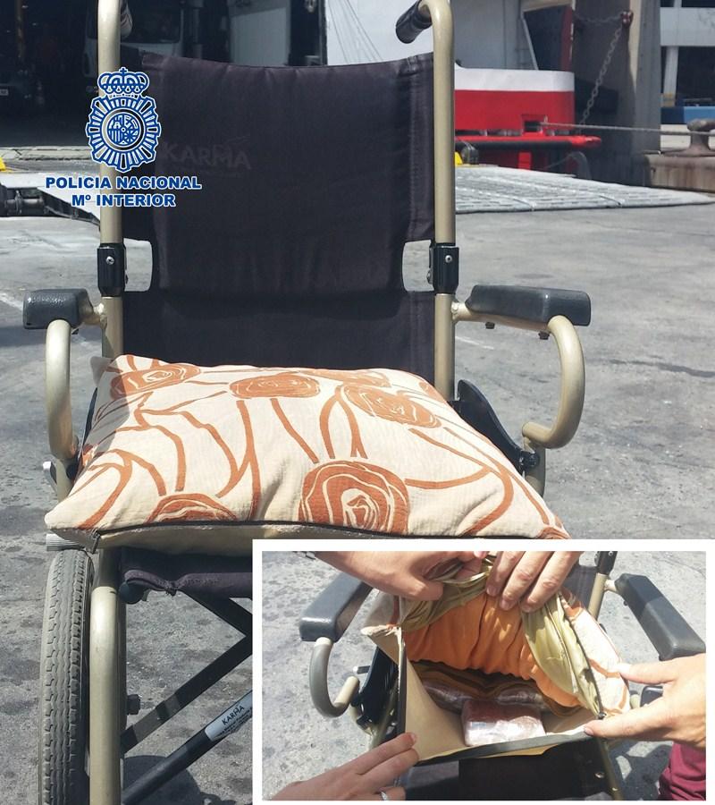 La droga estaba oculta en el cojín que llevaba la mujer en la silla. /CNP
