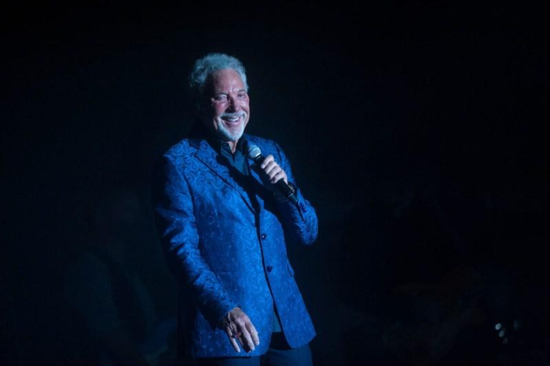 Tom Jones deleitó al numeroso público que acudió al Recinto Ferial con casi dos horas de concierto en las que repasó sus grandes éxitos. / FRAN PALLERO