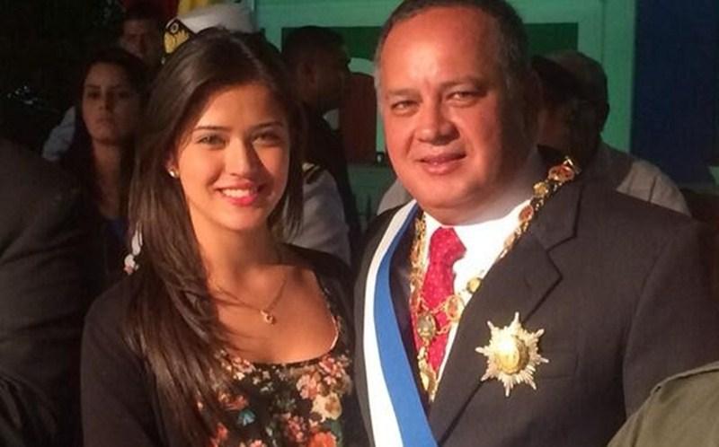 Diosdado Cabello, junto a su hija, la cantante Daniela. / DA