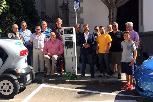 l Ayuntamiento de Santa Cruz de Tenerife ha habilitado dos puntos de recarga para coches eléctricos frente al consistorio y a la sede de la Policía Local. / DA