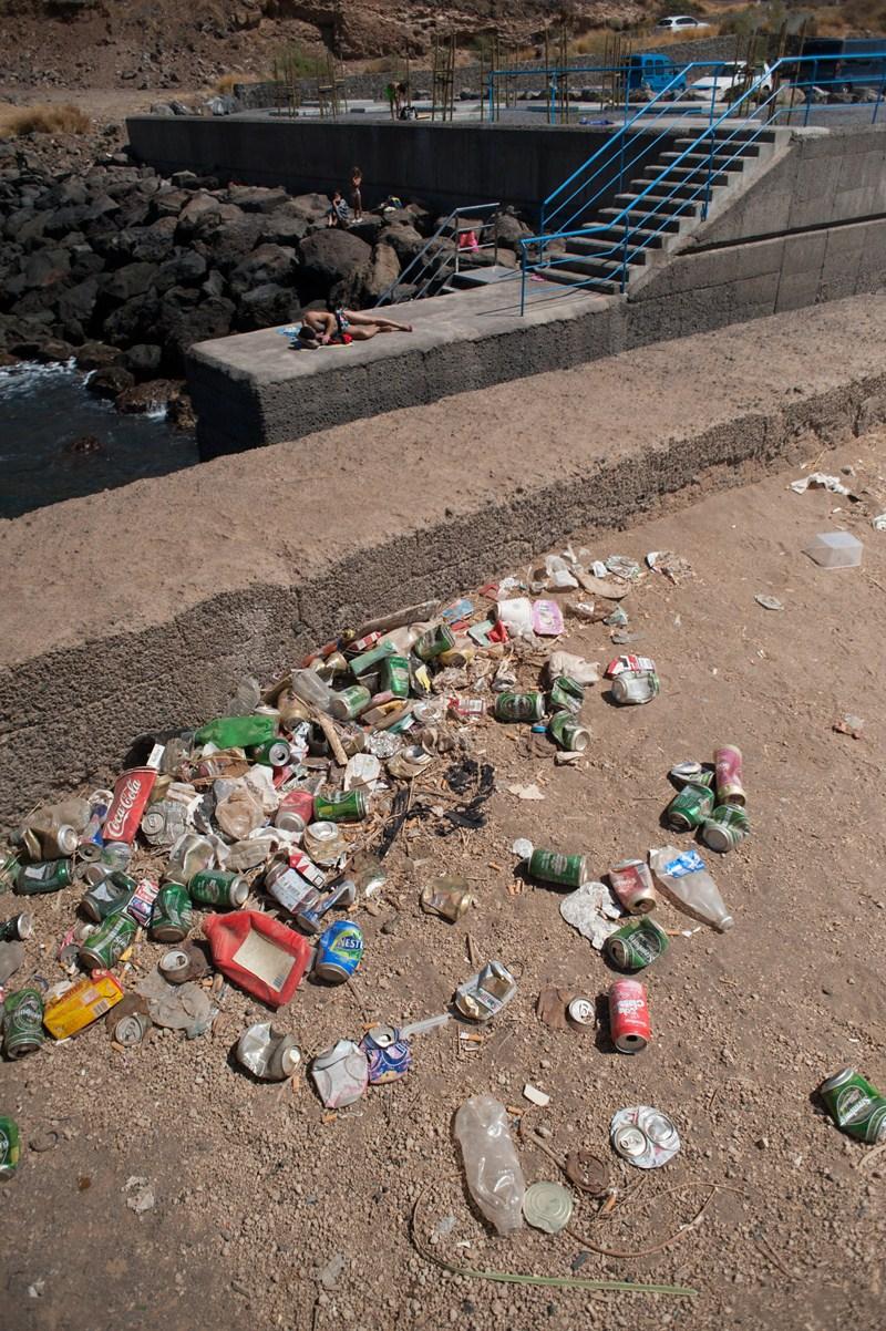 La basura se acumula a escasos metros de la zona de baño. / F. PALLERO