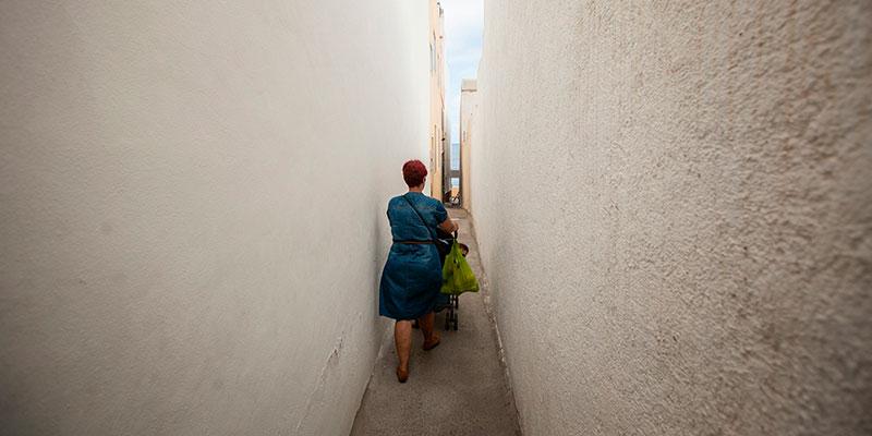 El único acceso seguro para todos los vecinos de la calle Tegueste a sus viviendas desde el mes de mayo, cuando se hundió un trozo de vía, es una serventía privada. / ANDRÉS GUTIÉRREZ