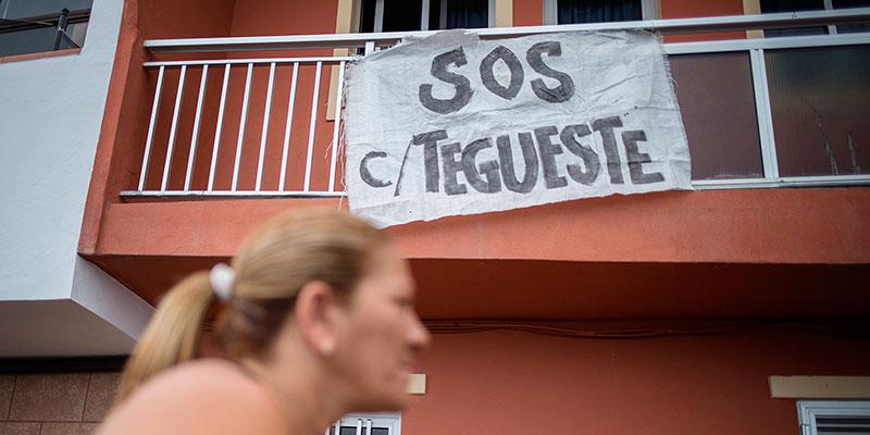 """Los vecinos han colgado pancartas en las fachadas  de sus casas y colocado pegatinas en las paredes en las que se plasma su deseo: """"Que empiecen las obras"""". / ANDRÉS GUTIÉRREZ"""