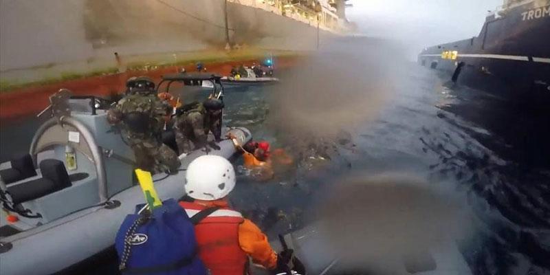 Choque entre la Armada y Greenpeace junto al buque de Repsol. / DA