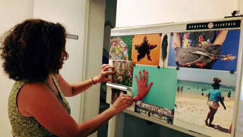 Preparativos de una exposición en el Círculo de Bellas Artes de Santa Cruz de Tenerife. / DA