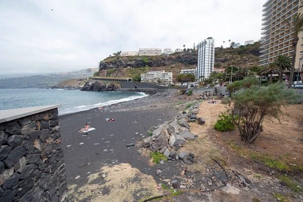 La Corporación reclama la actuación en la playa de Martiánez, en Puerto de la Cruz. / FRAN PALLERO
