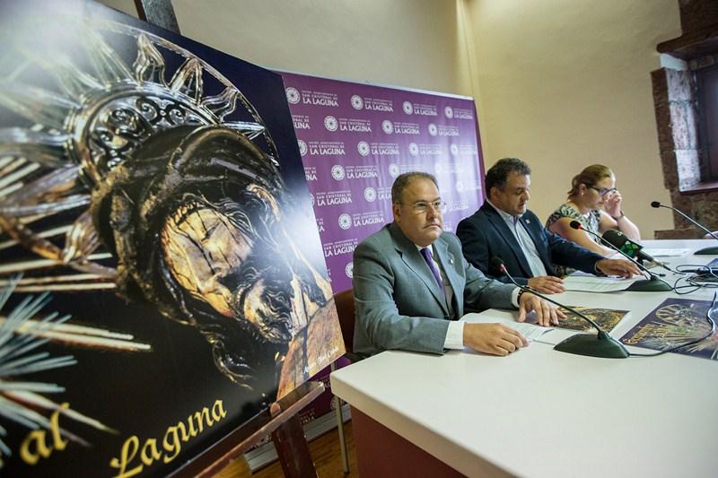 El creador del cartel, Andrés Cedrés; el alcalde, José Alberto Díaz; y la concejal del área, Atteneri Falero. / ANDRÉS GUTIÉRREZ