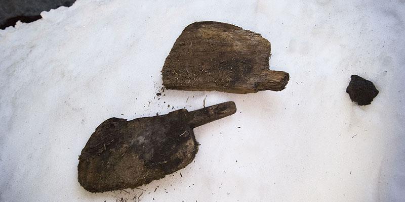Aún hoy, aquellos que visitan la cueva, pueden encontrar en ella algunas de las herramientas que los neveros usaban para sacar el hielo de las paredes de la cueva. / DA