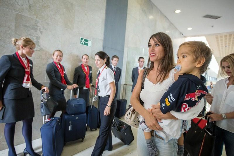 Eidher, junto a su madre, Jessica, en la puerta de embarque hacia Madrid, ayer en Los Rodeos. / ANDRÉS GUTIÉRREZ