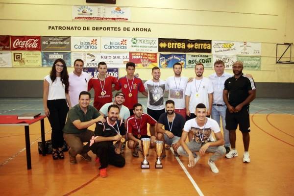 Las autoridades municipales y Pier Cherubino posan junto a los equipos del Garomé y el Asorte. | DA