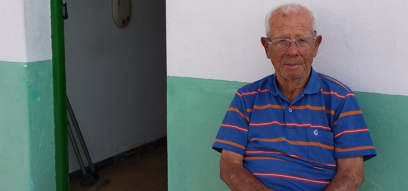 Faustino Rodríguez, el pasado jueves, junto a su casa en Las Eras. / DA