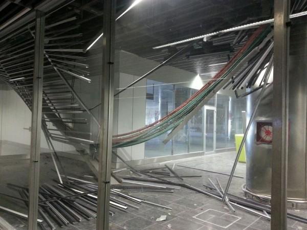 El techo desplomado en una sala sin uso del Aeropuerto de Gran Canaria. / EP