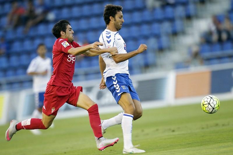 Germán, durante el encuentro de pretemporada en el Rodríguez López frente al Sporting de Gijón. / S. F.