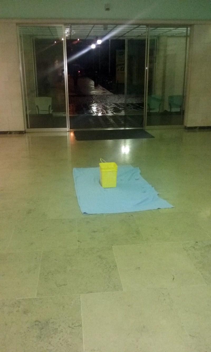 Varios puntos del hospital sufrieron goteras la semana pasada. / DA