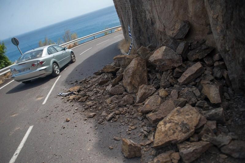 El acceso a la playa de Las Gaviotas tuvo que ser cerrado ayer por unos desprendimientos. / FRAN PALLERO