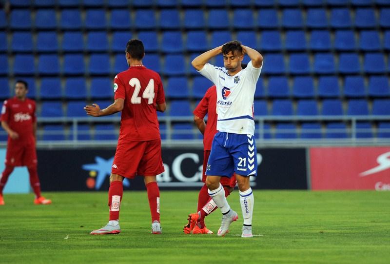 Omar se lamenta durante el partido ante el Sporting. / FRAN PALLERO