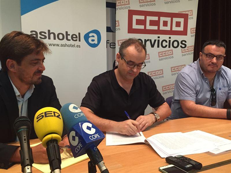 Ignacio López (dcha), durante el acto de le la firma del convenio del sector, el pasado miércoles. / DA