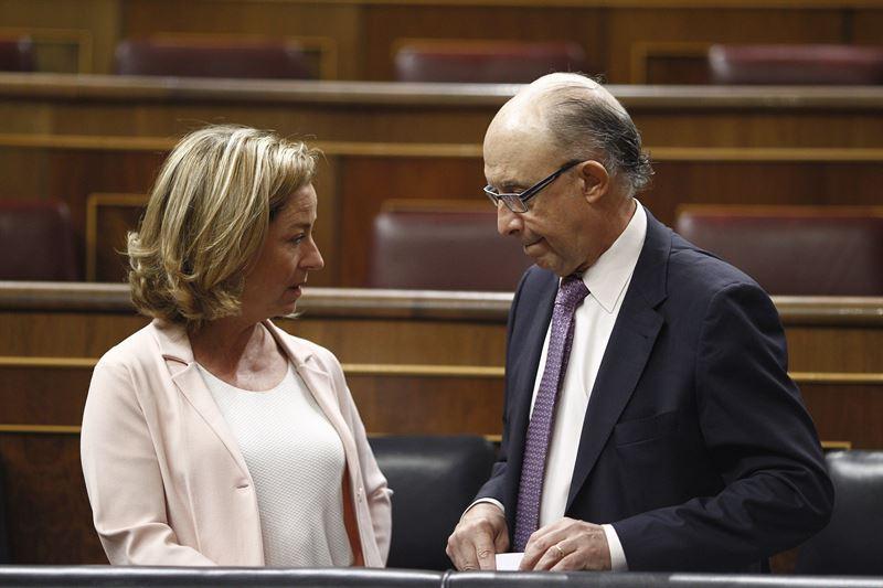 Cristóbal Montoro y Ana Oramas, en el pleno del Congreso de los Diputados. / EP