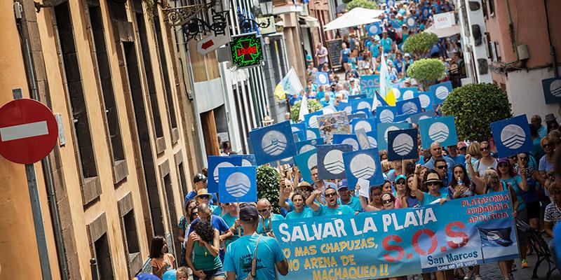 Cientos de personas se sumaron ayer a la protesta, que recorrió las principales vías del municipio. / ANDRÉS GUTIÉRREZ