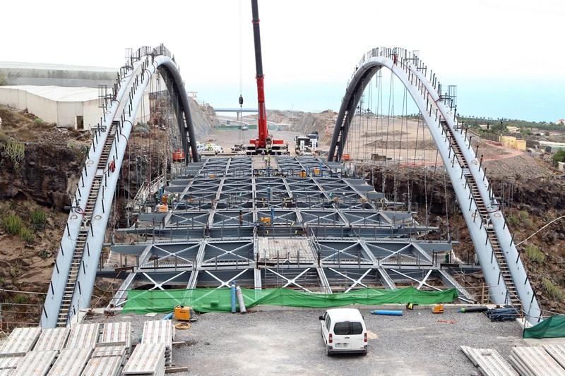 El puente, de 110 metros de largo, cuenta con dos grandes arcos de 120 toneladas cada uno. / GERARD ZENOU