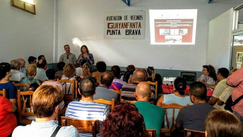 Juan Carlos Marrero y Sandra Rodríguez, durante la reunión mantenida con los vecinos de Punta Brava. / DA