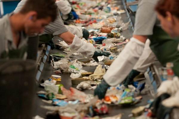 Valbuena insiste en la necesidad de incrementar los datos de reciclaje. | F. PALLERO