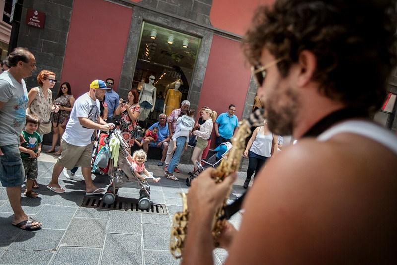 Actuaciones musicales, talleres y otras actividades hicieron que muchos residentes y turistas se dieran cita en las principales calles comerciales del casco. / fotos: ANDRÉS GUTIÉRREZ