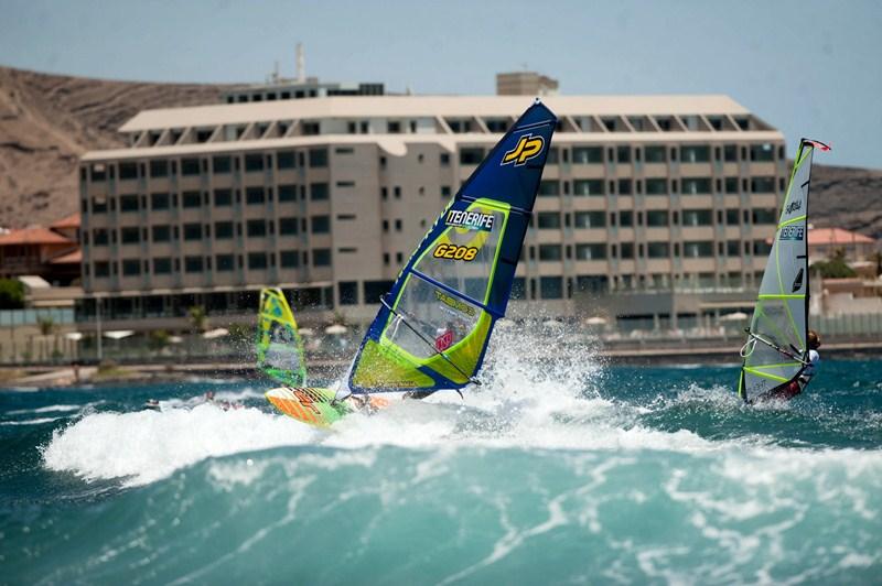 Los jóvenes competidores fueron protagonistas ayer en la playa de El Cabezo. / FRAN PALLERO