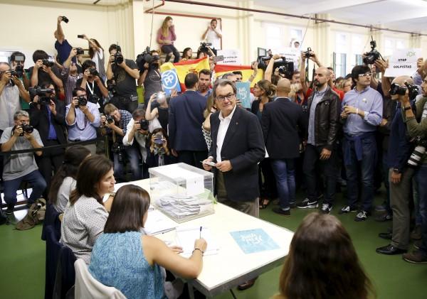 El presidente de Cataluña, Artur Mas, votando esta mañana. | REUTERS