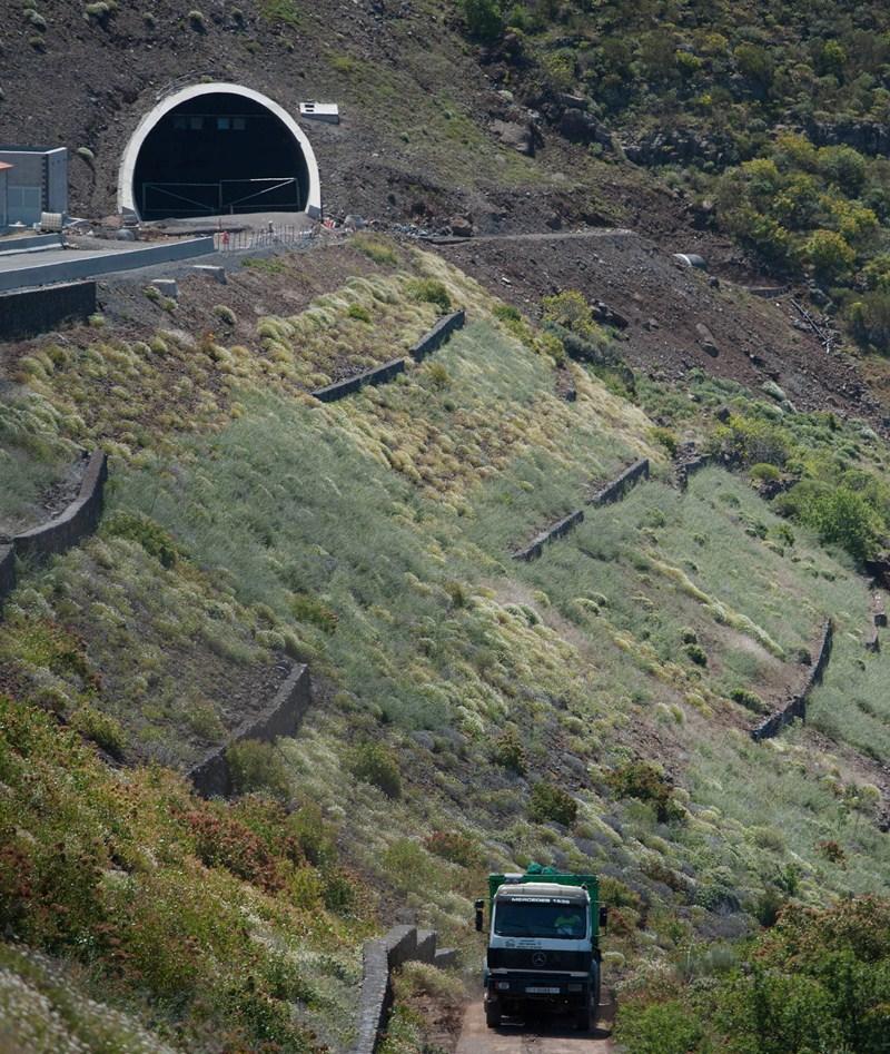 Las grietas, que retrasan la obra, están a la salida del túnel. / F. PALLERO
