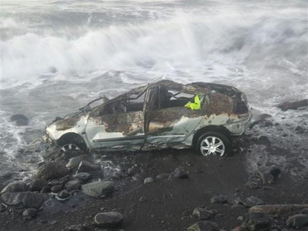 Uno de los vehículos devueltos por el mar. / Foto: POLICIA LOCAL DE SANTA CRUZ