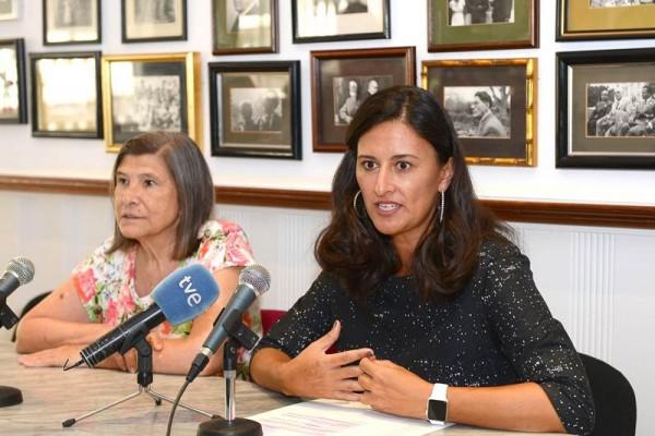 La presidenta del Círculo, Dulce Xerach (a la derecha), durante la presentación de la programación. | DA