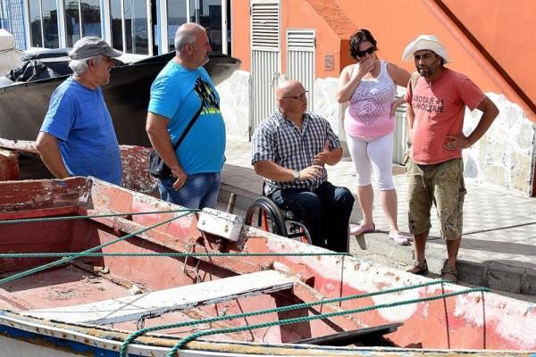 El concejal Carlos Correa (c), durante una reunión en la cofradía de pescadores del barrio de San Andrés. | DA