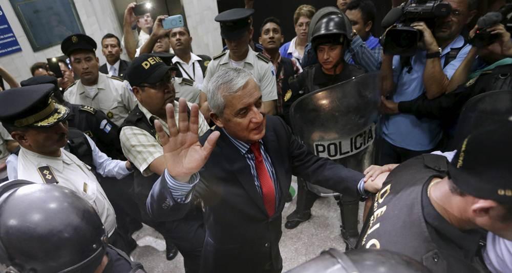 El presidente escoltado por la policía. | REUTERS